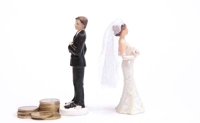 figures of a groom and wife back to back - symbolic of separation