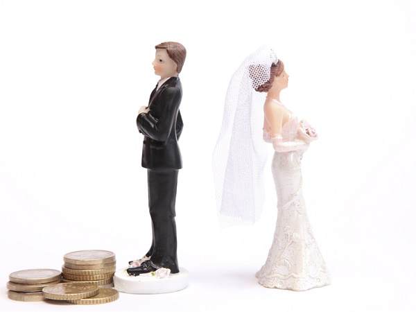 a bride and groom figure standing back to back symbolising divorce